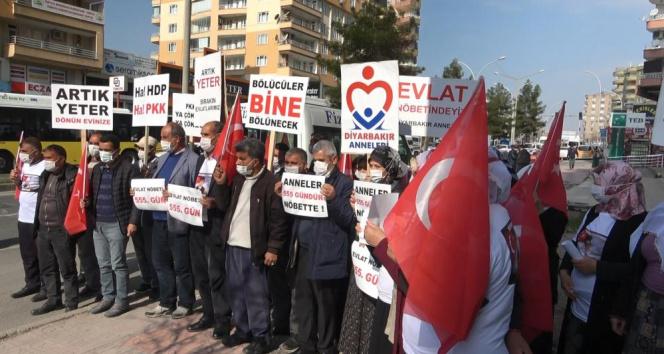 Diyarbakır'da evlat nöbetindeki aileler, 'Kahrolsun HDP ve PKK' sloganları ile yürüdü