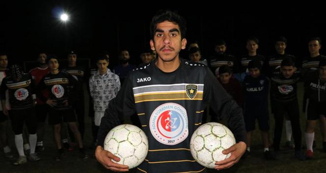 Esad rejiminin elinde olan babasını kurtarmak için futbolcu olmak istiyor