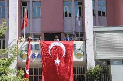 Hakkari Belediyesi'ne Türk bayrağı asıldı