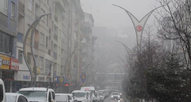 Hakkari'de karla karışık yağmur ve sis etkili oldu