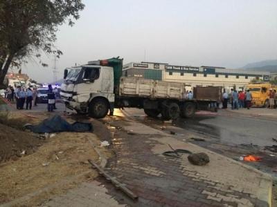 İzmir'de ticari araçla kamyon çarpıştı: 3 ölü