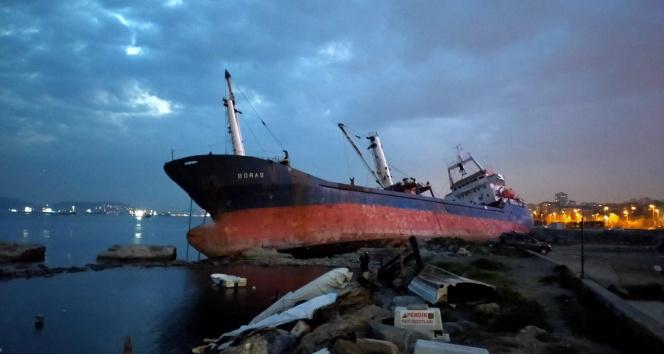 Kartal'da rıhtıma bağlı olan kuru yük gemisi yan yattı