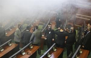 Kosova Meclis'indeki oturuma gaz bombası engeli