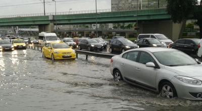 Oraj yağmuru İstanbul'u vurdu