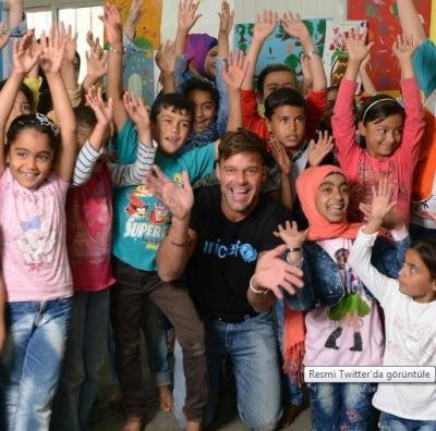 Ricky Martin Suriyeli çocuklarla şarkı söyledi
