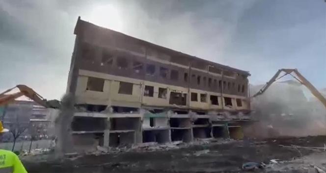 Rize'de yıkımına başlanan bina bir anda yerle bir oldu