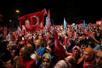 Taksim Meydanı'nda 'Demokrasi Kürsüsü'