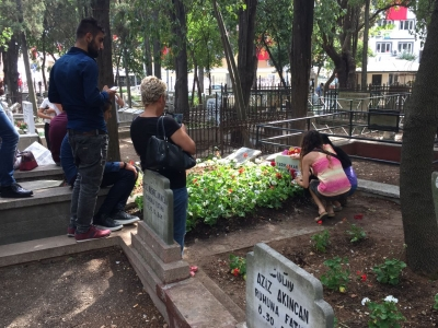 Tarık Akan'ın mezarına mektup bıraktılar