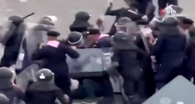 Tayland'da göstericiler ile polis arasında arbede