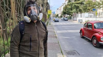 Vaka Sayıları Artınca Çareyi Gaz Maskesi İle Gezmekte Buldu
