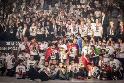 Ve Beşiktaş şampiyonluk kupasını kaldırdı!