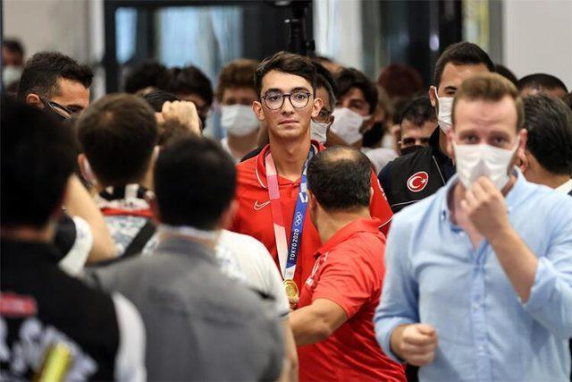 Tokyo Olimpiyatları'nda şampiyon olan Mete Gazoz, yurda dönüşünde çiçeklerle karşılandı